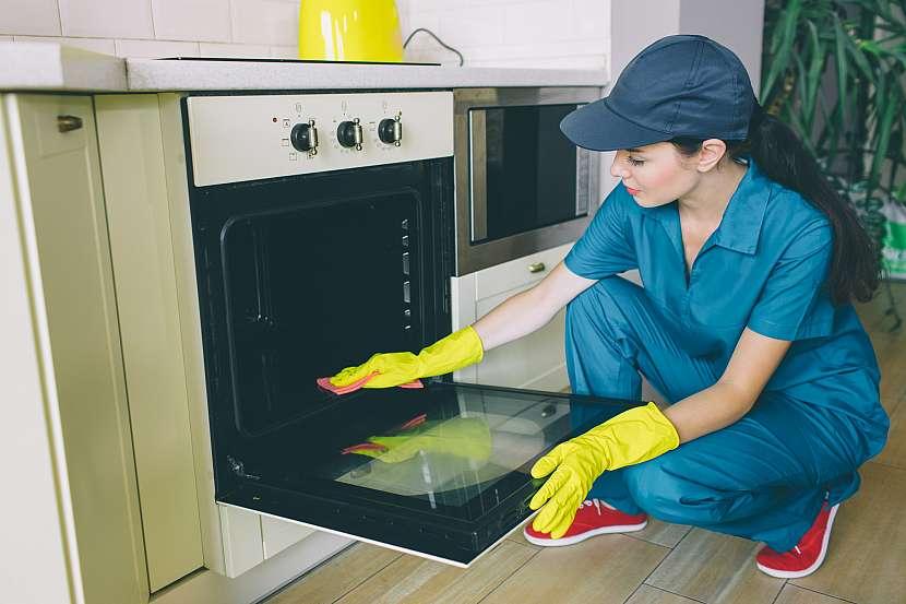 Žena umývá troubu