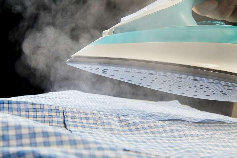Se zmenšováním oblečení vám může pomoci i žehlička