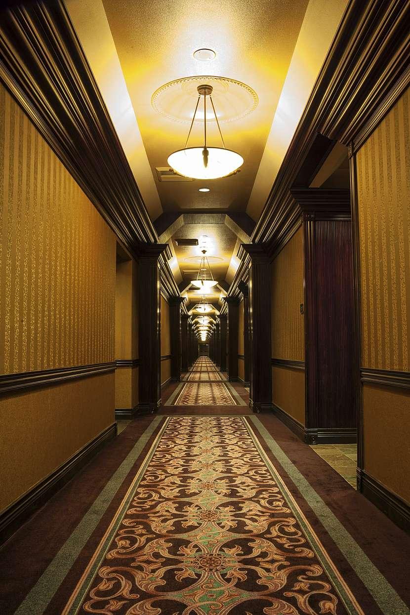 Hotelová chodba s kobercem