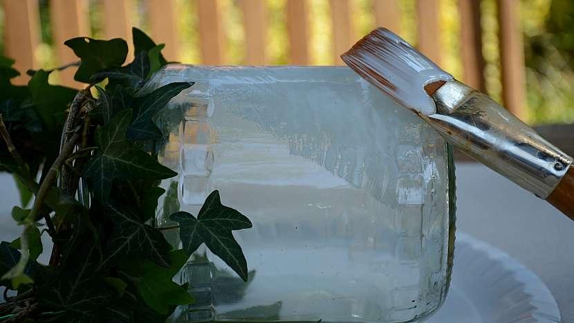 Jak udělat romantickou lucernu: sklenici potřete lepidlem