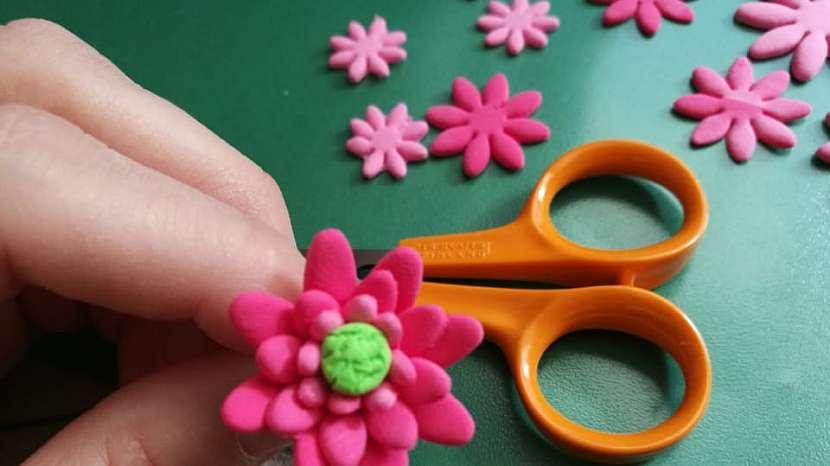 Jak vyrobit dekorativní květinky ze samotvrdnoucí hmoty 9