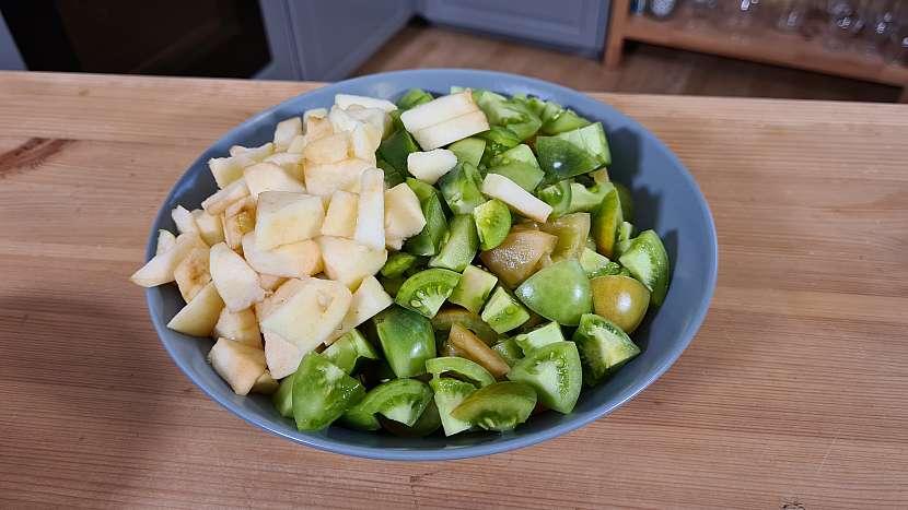 Rajčata i jablka nakrájíme na malé kousky