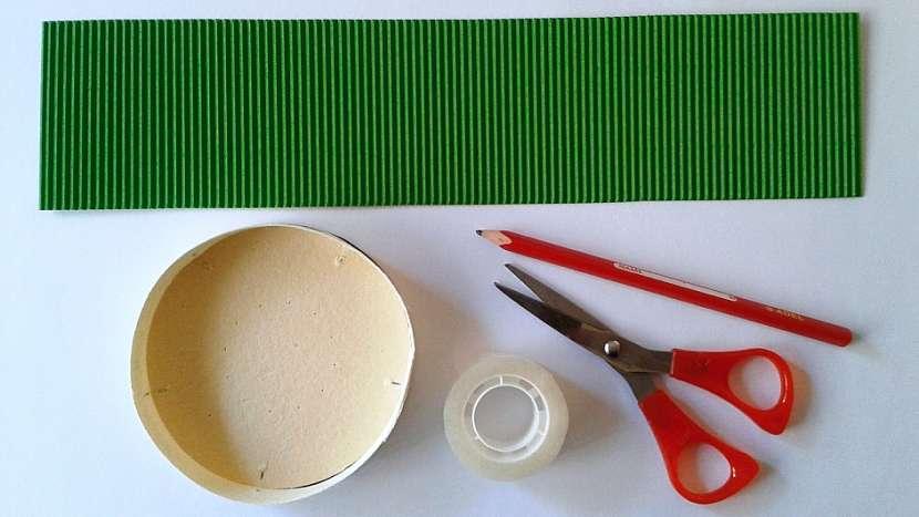 Jarní košíček: vystřihněte pruh zeleného papíru