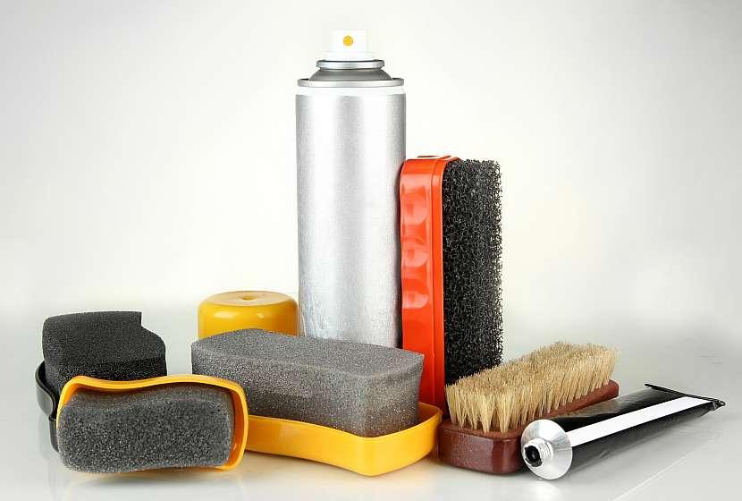 Rozličné přípravky určené k čištění obuvi