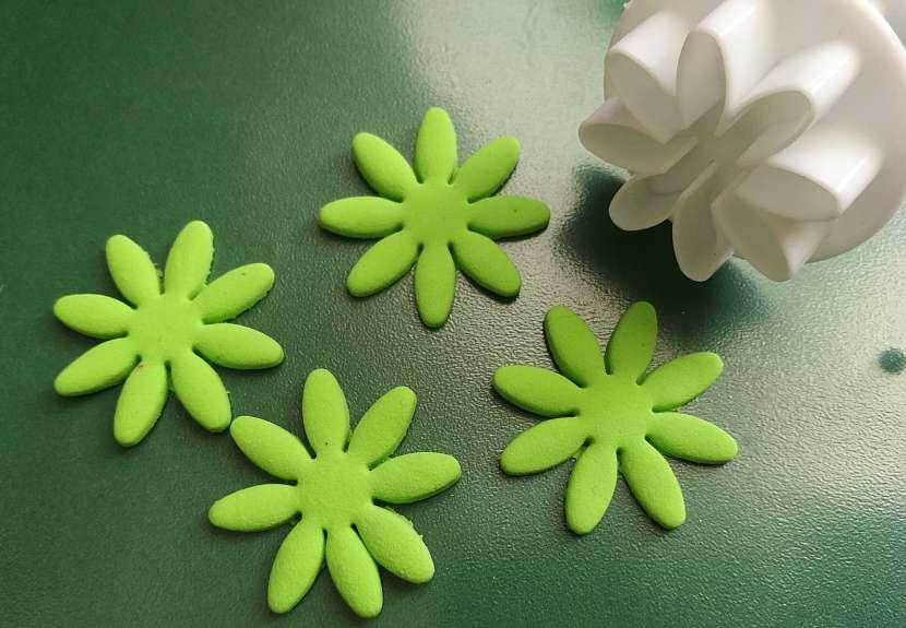 Jak vyrobit dekorativní květinky ze samotvrdnoucí hmoty 10