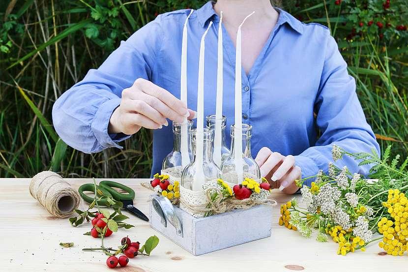 Do lahví vložíme dlouhé svíčky