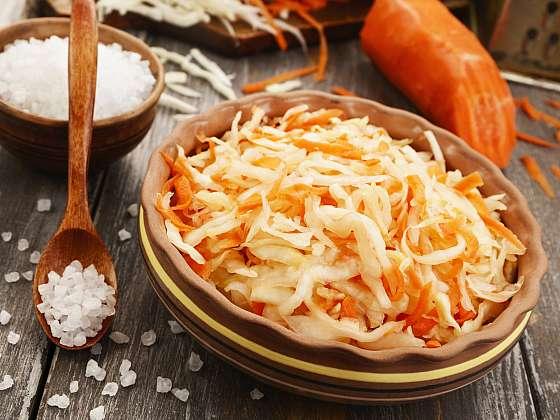 Čalamáda je velmi chutná pochoutka připravená především z hlávkového zelí, papriky a případně také i mrkve a jiné zeleniny, která je skvělou přílohou k celé řadě pokrmů (Zdroj: Depositphotos (https://cz.depositphotos.com))