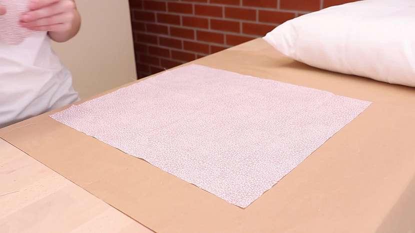 Na výrobu průvanovníku můžete použít třeba roztrhaný povlak nebo osušku