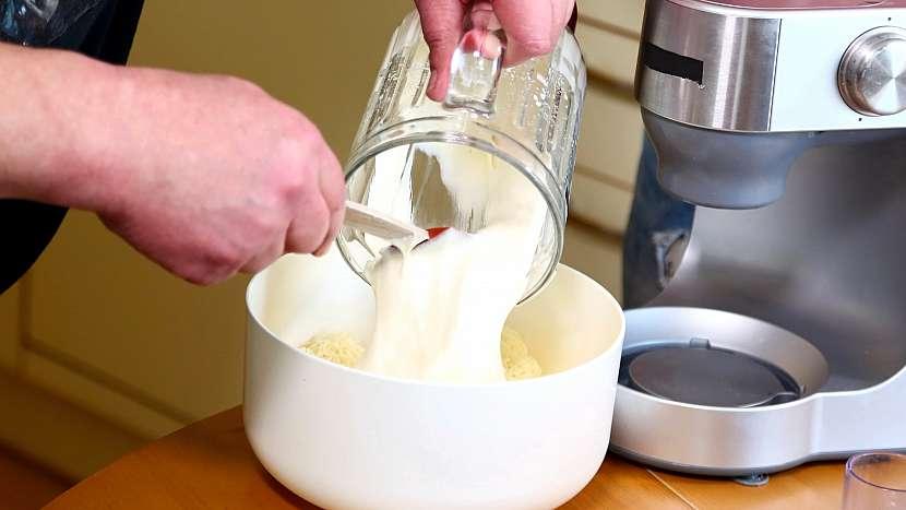 Česneková pomazánka: smícháme majonézu se sýrem a důkladně promícháme
