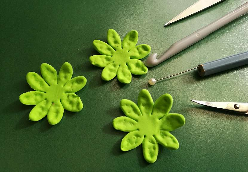 Jak vyrobit dekorativní květinky ze samotvrdnoucí hmoty 11
