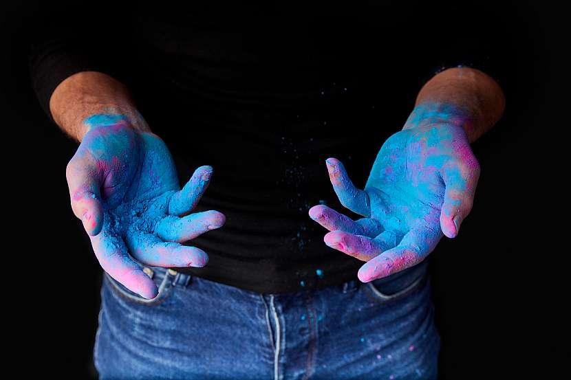 Špinavé ruce od modré a růžové barvy