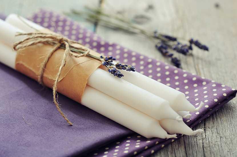 Svíčky na fialovém látkovém ubrousku