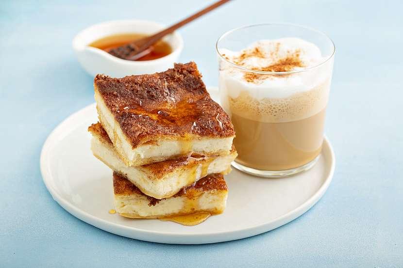 Jednoduchý tvarožník politý medem a servírovaný s caffe latte