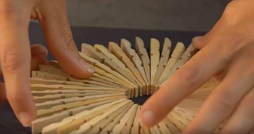 Podložka pod hrnec z dřevěných kolíčků na prádlo