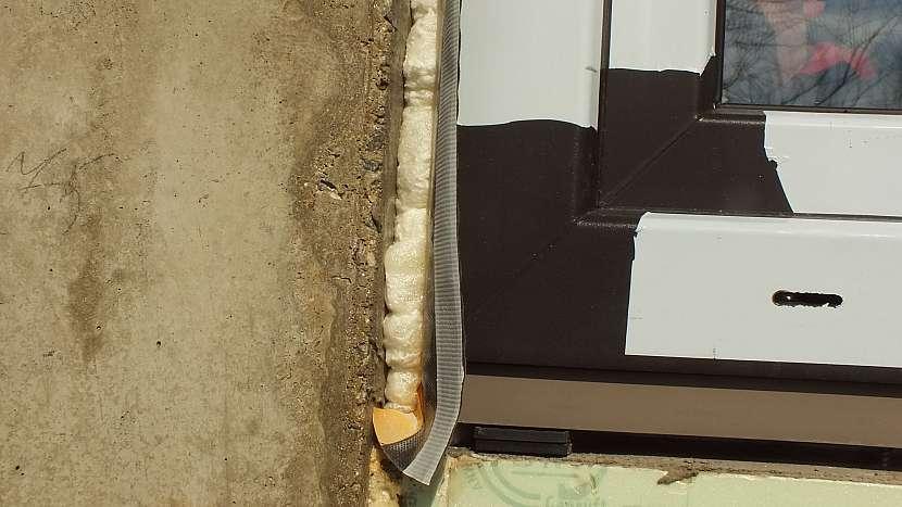 Montáž oken: páska na rámu utěsňuje připojovací spáru