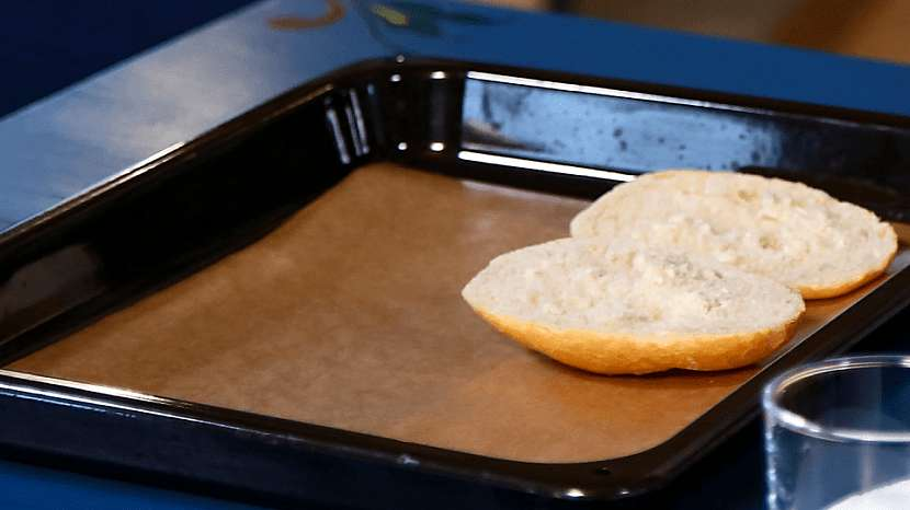 Pizza housky: rozkrojené housky dáme na plech