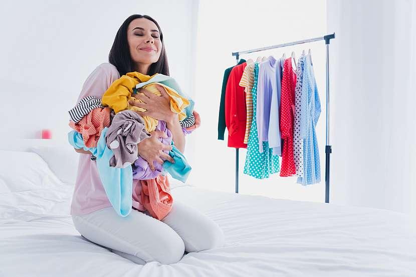 Žena s prádlem v náručí