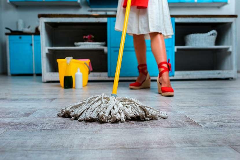 Mytí podlahy mopem