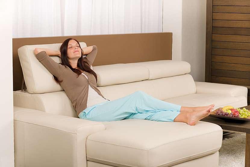 Žena odpočívá na kožené sedačce