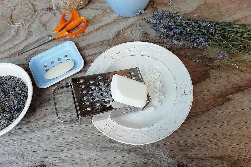 Mýdlová koule s levandulí: nastrouhejte mýdlo