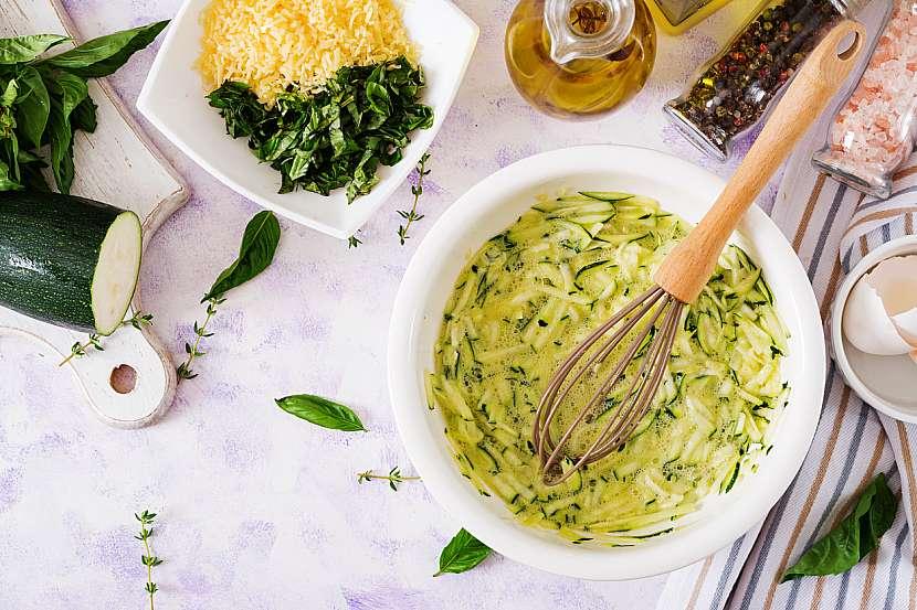 Cuketový nákyp s bazalkou: vmíchejte cuketu a sýr