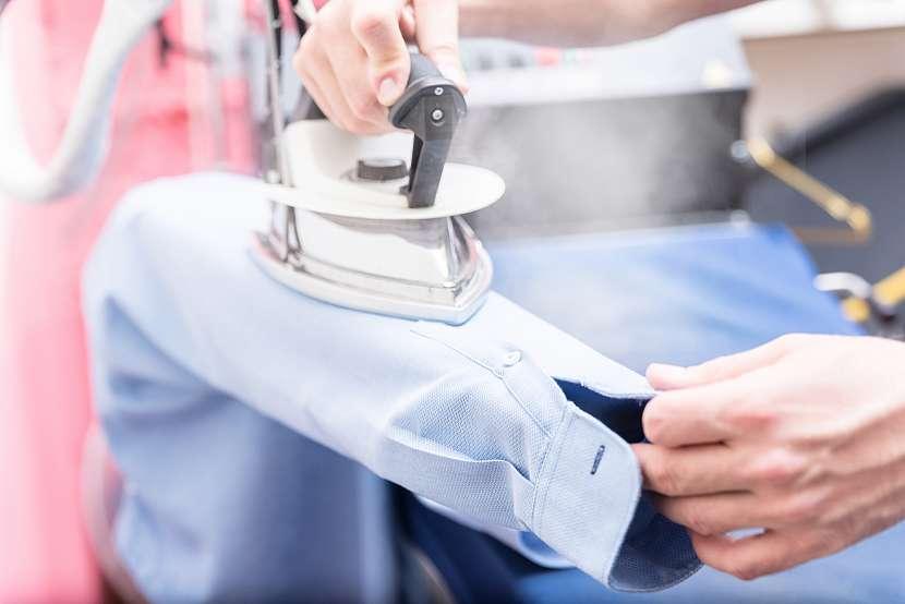Žehlení rukávu košile na rukávníku