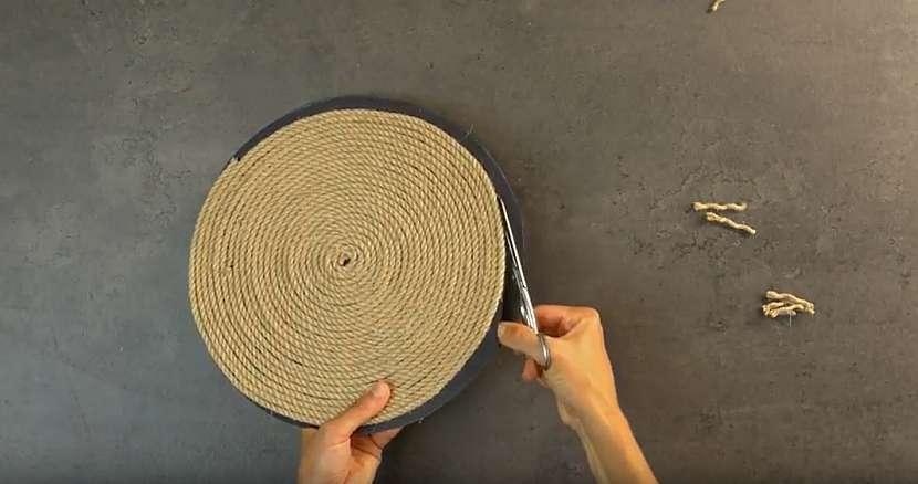 Kruhové prostírání z lněného lanka: začistěte okraje