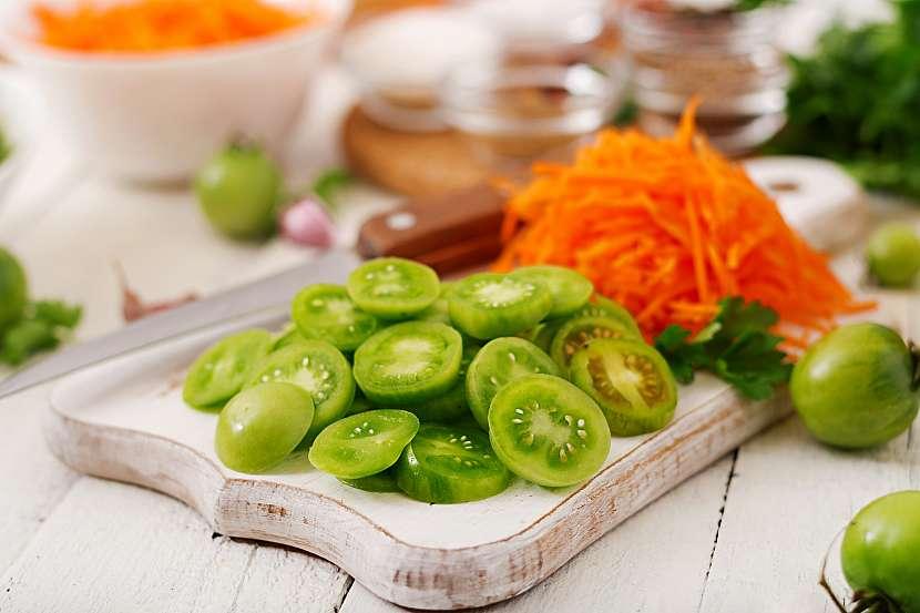 Nakrájená zelená rajčata s nastrouhanou mrkví
