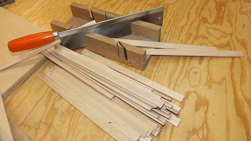 Jak se dělá dřevěný batoh: v pokosnici nebo na pile zakrátíme tenké bukové latičky