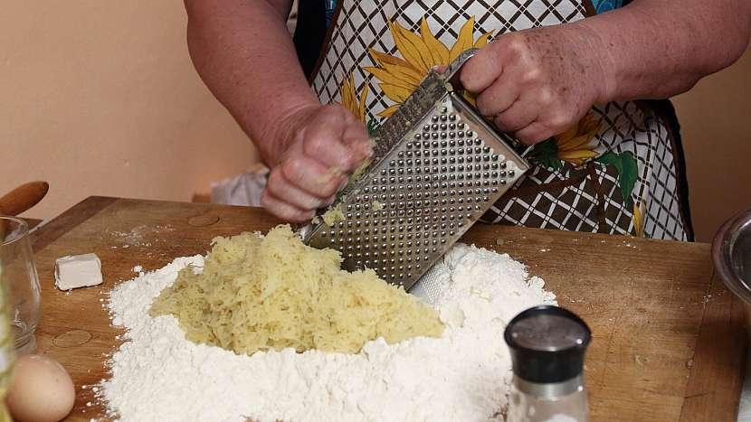 Bramborové placky neboli laty: vypracujeme bramborové těsto