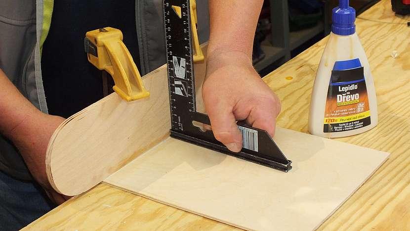 Jak se dělá dřevěný batoh: k bokům začneme postupně lepit přední část