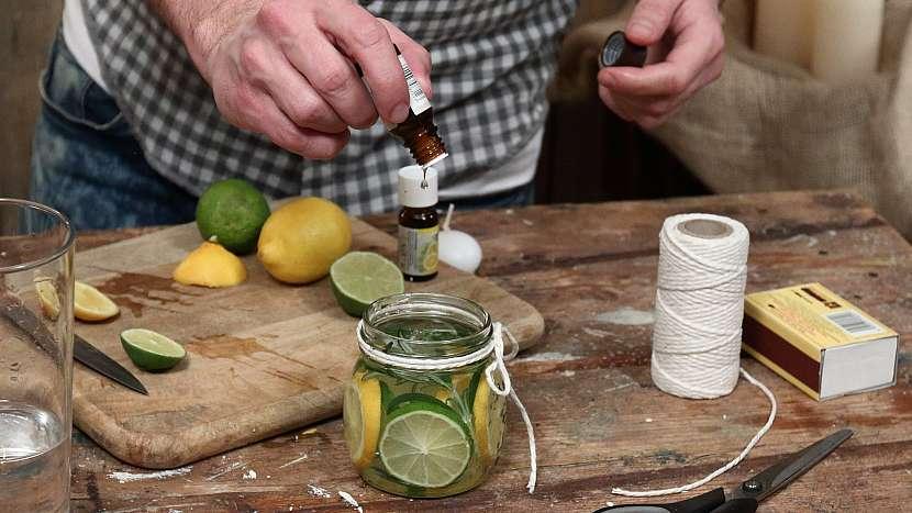Vonná svíčka proti hmyzu: do sklenice nakapeme vonný olej