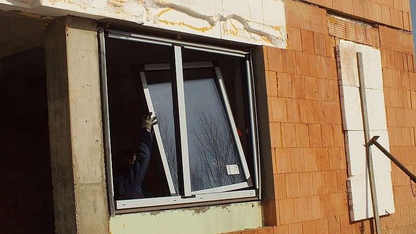 Montáž oken: osadíme zpět okenici a spáru vyplníme pěnou