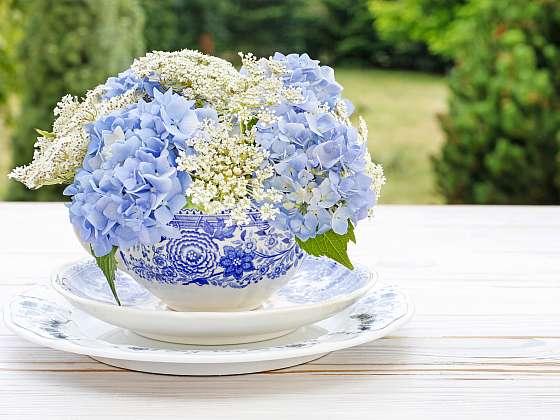 Na stole v bytě i na terase se bude vyjímat květinová dekorace (Zdroj: Depositphotos)