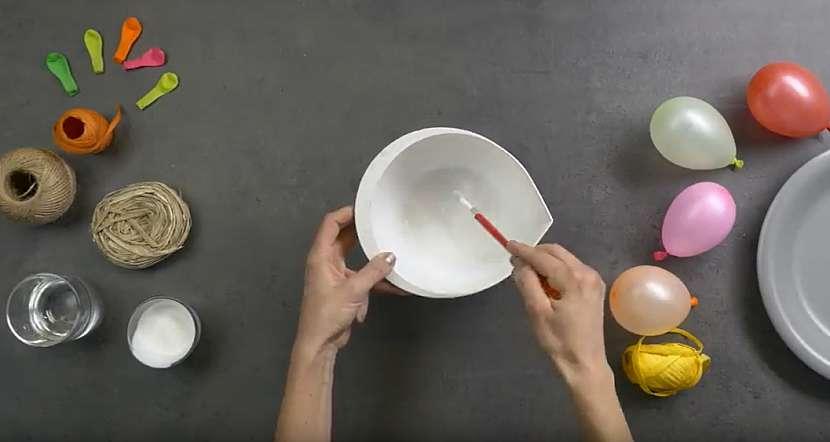 Světelný řetěz z kouliček: rozmíchejte lepidlo