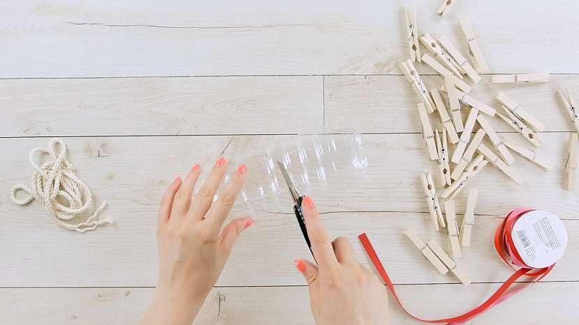 Jak vyrobit zásobník na kolíčky z plastové lahve 1