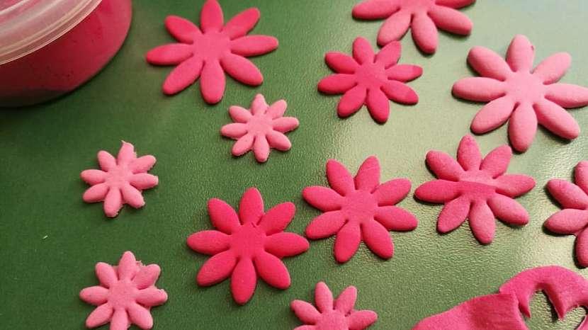 Jak vyrobit dekorativní květinky ze samotvrdnoucí hmoty 8