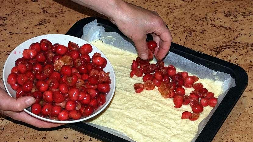 Koláč s třešněmi nebo višněmi: těsto poklademe hustě ovocem