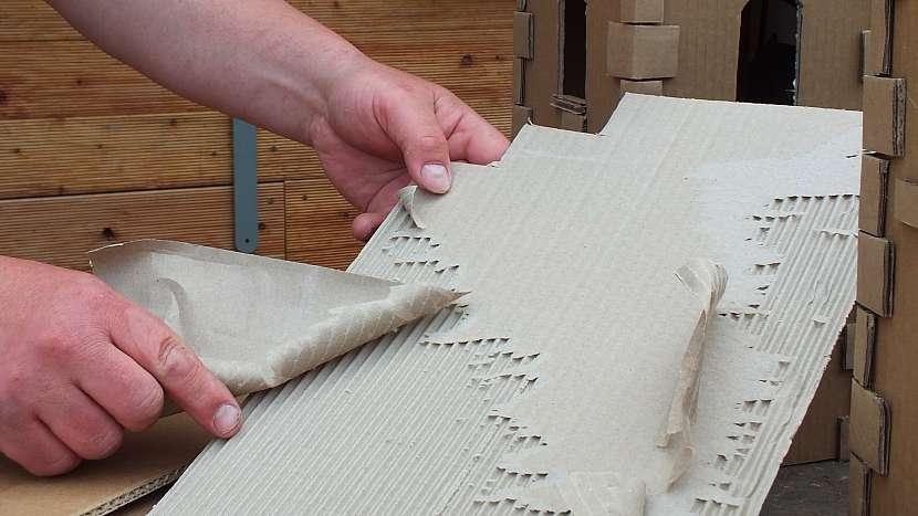 Hrad z kartonu: z kartonu lze sloupnout vrchní vrstvu a jako dekorativní využít vnitřní vlnkování
