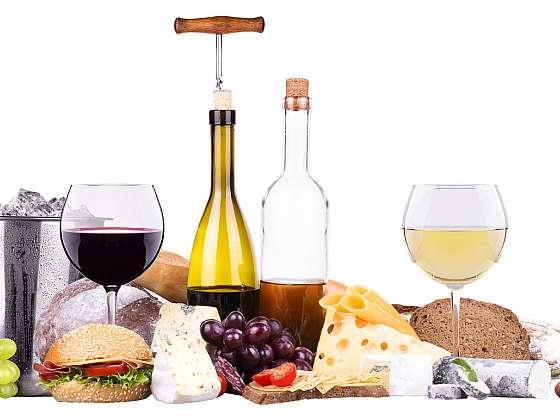 Jídlo a víno k sobě neodmyslitelně patří. Ke každému pokrmu najdete to správné (Zdroj: Depositphotos (https://cz.depositphotos.com))