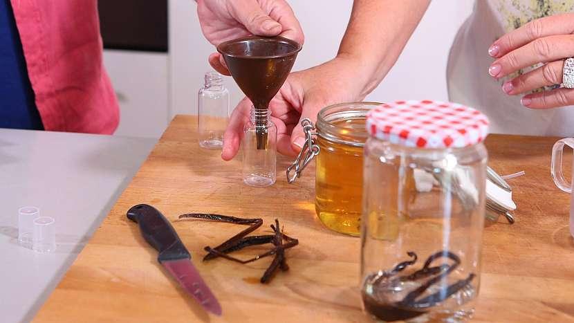 DIY domácí parfém: parfém přelijeme do rozprašovačů