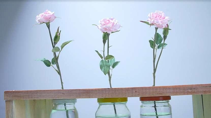 Netradiční váza ve tvaru dřevěné stoličky