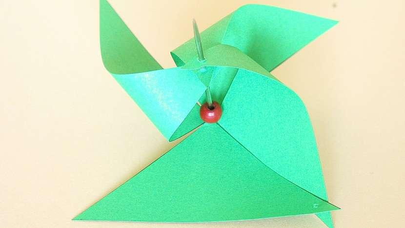 Větrníky: čtverec papíru nastřihneme z rohů téměř k prostředku