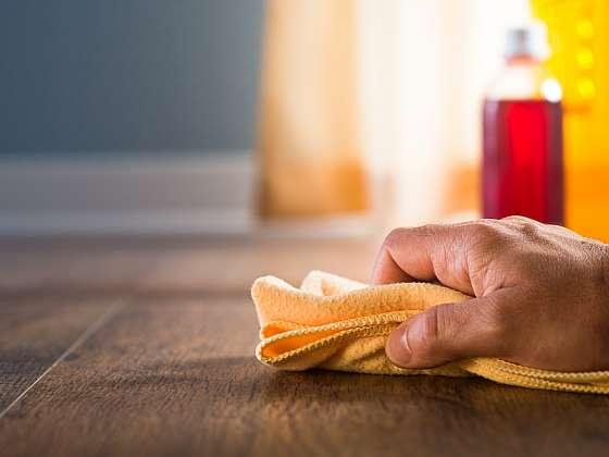 K čištění dřevěné podlahy z tvrdého dřeva přistupujte opravdu zodpovědně, správná péče se vyplatí (Zdroj: Depositphotos (https://cz.depositphotos.com))