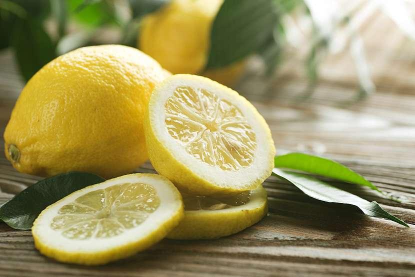 Čerstvý citron nakrájený na plátky