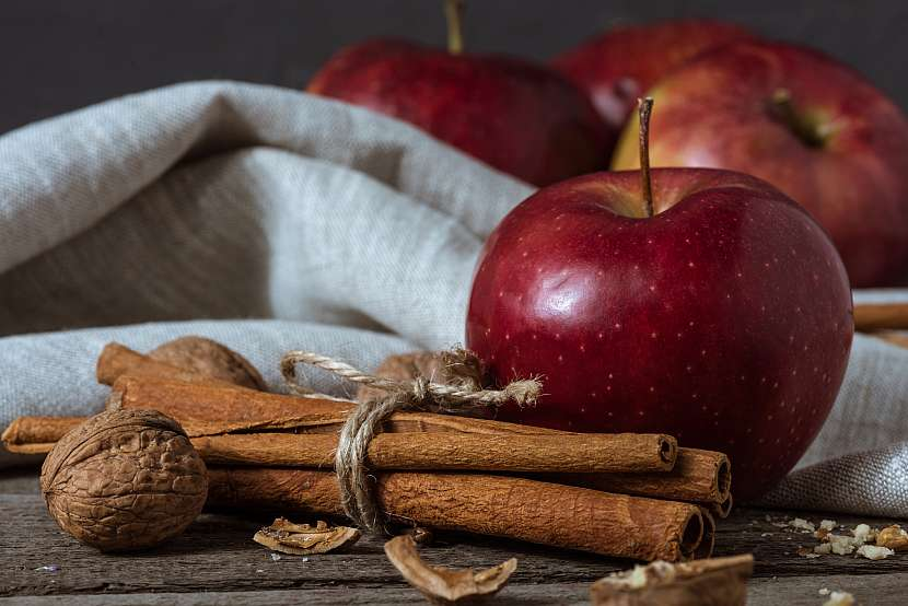 Skořice a červené jablko