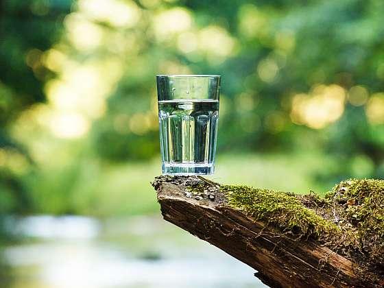 S úpravou vody vám pomůže filtrační konvice. Výsledkem je křišťálově čistá voda (Zdroj: Depositphotos (https://cz.depositphotos.com))
