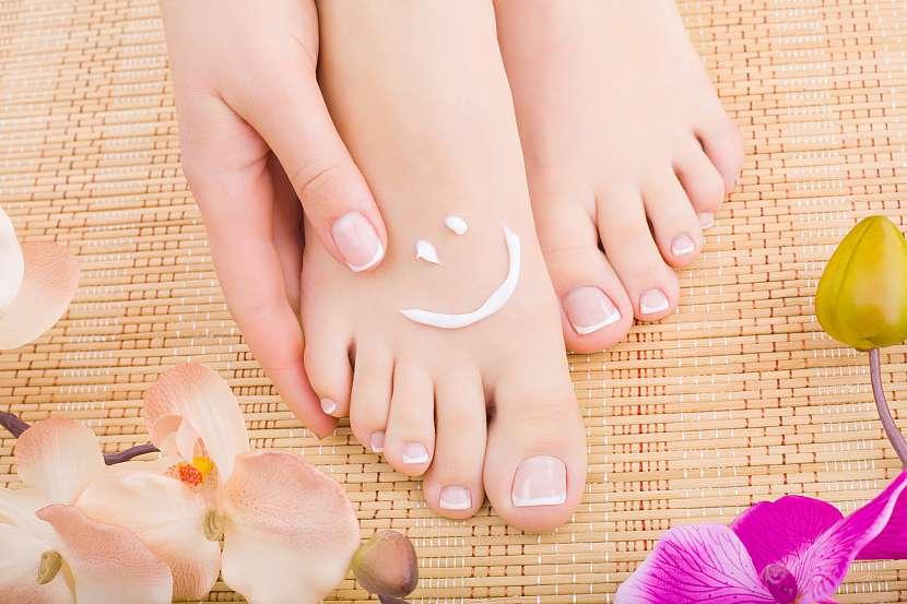 Nohy s krémem a orchidejemi