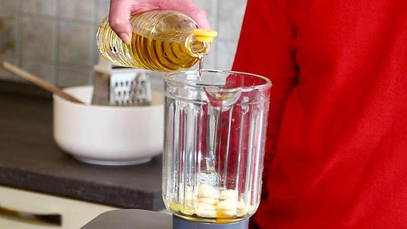 Česneková pomazánka: přidáme zbylé surovin, průběžně doléváme olej