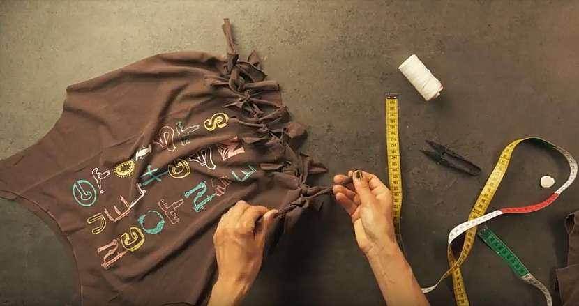 Nákupní taška ze starého trička: třásně zavažte